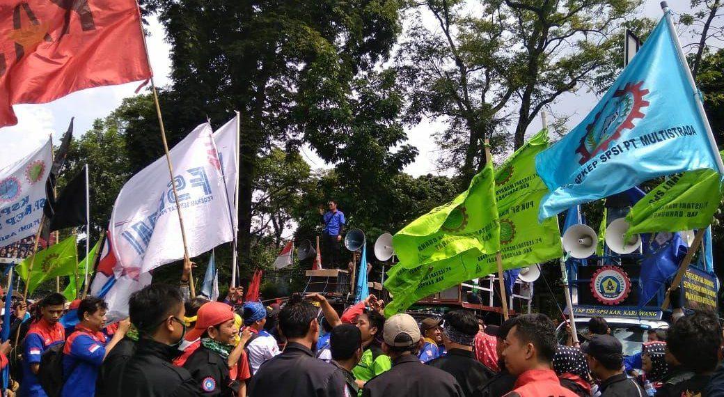 Photo of Aliansi Serikat Pekerja / Buruh Jawa Barat Datangi Gedung DPRD Jawa Barat